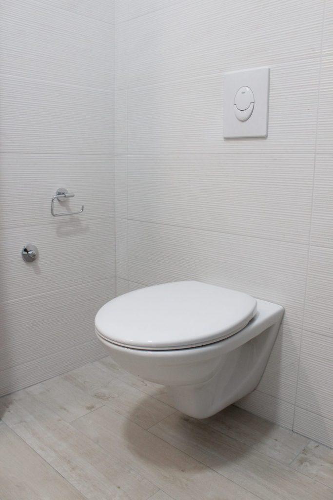 Jak układać płytki drewnopodobne w małej łazience?